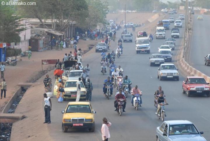 Des bamakois contraints de rentrer à pied faute de SOTRAMA ( Source: http://news.abamako.com