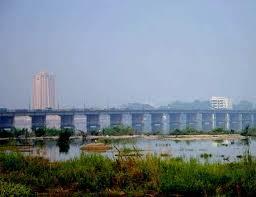 Pont des Martyrs à Bamako (cropped and enhanced version of Bamako bridge2.jpg)