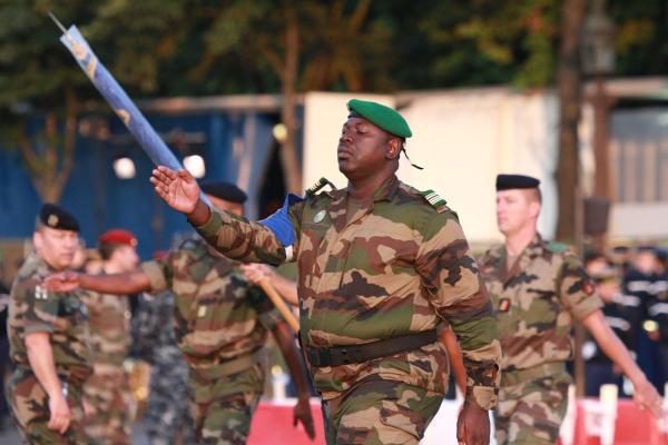 Officier malien en répétition pour le défilé du 14 Juillet 2013 (Crédit rfi.fr)